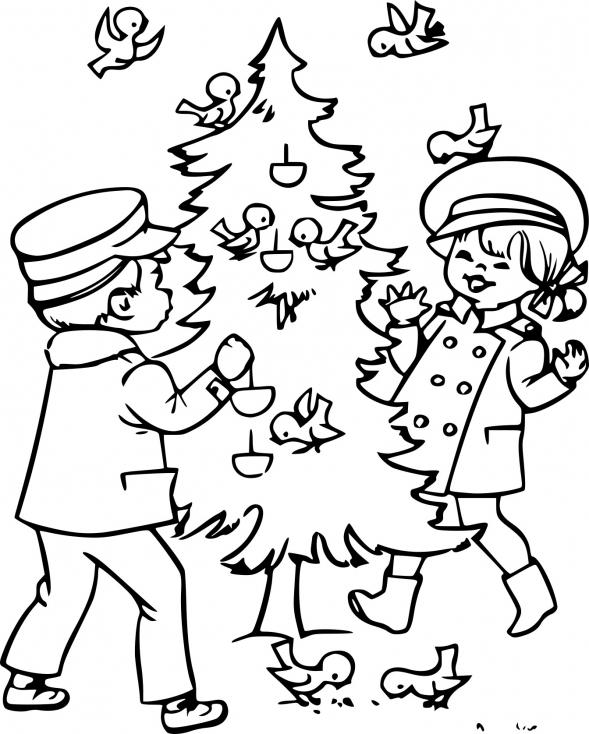 Enfant décore un sapin de Noël